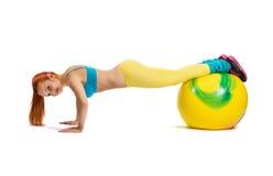 Νέο κορίτσι που κάνει τις ασκήσεις Στοκ φωτογραφία με δικαίωμα ελεύθερης χρήσης