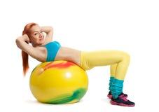 Νέο κορίτσι που κάνει τις ασκήσεις Στοκ Φωτογραφίες