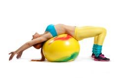 Νέο κορίτσι που κάνει τις ασκήσεις Στοκ Εικόνες