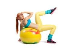 Νέο κορίτσι που κάνει τις ασκήσεις Στοκ Φωτογραφία