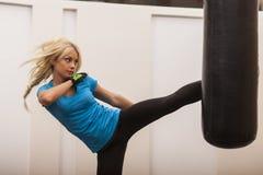 Νέο κορίτσι που κάνει τον εγκιβωτισμό workout στη γυμναστική Θηλυκή punching συντριβής μαχητών τσάντα Στοκ Εικόνες