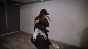 Νέο κορίτσι που κάνει το χορό της που χρησιμοποιεί ενεργά τα χέρια Σύγχρονος χορός που εκτελείται από τους ταλαντούχους χορευτές  απόθεμα βίντεο