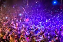 Νέο κορίτσι που κάνει το selfie της από το πλήθος σε ένα κόμμα οδών