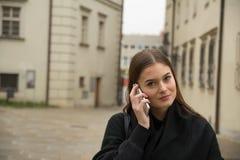 Νέο κορίτσι που καλεί από το smartphone στην οδό Στοκ εικόνες με δικαίωμα ελεύθερης χρήσης