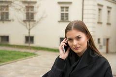 Νέο κορίτσι που καλεί από το smartphone στην οδό Στοκ εικόνα με δικαίωμα ελεύθερης χρήσης