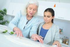 Νέο κορίτσι που κατασκευάζει το κέικ με την παραμάνα Στοκ φωτογραφία με δικαίωμα ελεύθερης χρήσης