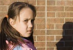 Νέο κορίτσι που κοιτάζει αγωνιωδώς στοκ εικόνα