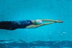 Νέο κορίτσι που κολυμπά κάτω από το νερό μετά από την έναρξη του ύπτιου στοκ φωτογραφίες με δικαίωμα ελεύθερης χρήσης