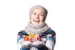 Νέο κορίτσι που κρατά τα παιχνίδια Χριστουγέννων, διακοσμήσεις Copyspace Στοκ εικόνα με δικαίωμα ελεύθερης χρήσης