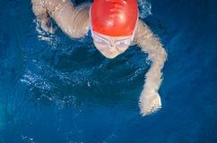Νέο κορίτσι που μαθαίνει να κολυμπά Στοκ φωτογραφίες με δικαίωμα ελεύθερης χρήσης
