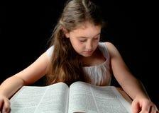 Νέο κορίτσι που μελετά τη Βίβλο Στοκ Εικόνες