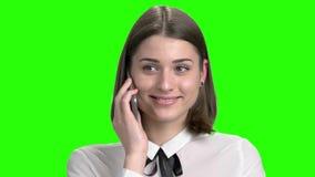 Νέο κορίτσι που μιλά στο τηλέφωνο με τη συντριβή της φιλμ μικρού μήκους
