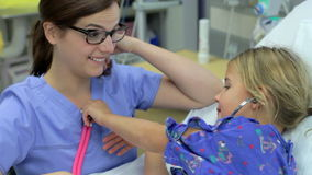 Νέο κορίτσι που μιλά στη γυναίκα νοσοκόμα στη μονάδα εντατικής απόθεμα βίντεο