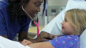 Νέο κορίτσι που μιλά στη γυναίκα νοσοκόμα στη μονάδα εντατικής φιλμ μικρού μήκους