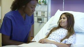 Νέο κορίτσι που μιλά στη γυναίκα νοσοκόμα στο δωμάτιο νοσοκομείων φιλμ μικρού μήκους