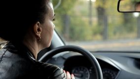 Νέο κορίτσι που οδηγεί ένα αυτοκίνητο απόθεμα βίντεο