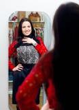 Νέο κορίτσι που δοκιμάζει το νέο φόρεμα στο δωμάτιο συναρμολογήσεων Στοκ Φωτογραφίες