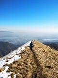 Νέο κορίτσι που πάνω από ένα βουνό που αγνοεί μια απόμακρη κοιλάδα, την αίσθηση της ελευθερίας, την ανεξαρτησία και την εμπιστοσύ στοκ φωτογραφίες