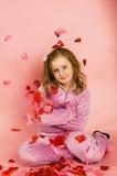Νέο κορίτσι που περιβάλλεται από τα λουλούδια και τις καρδιές στοκ φωτογραφία με δικαίωμα ελεύθερης χρήσης