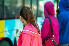 Νέο κορίτσι που περιμένει το λεωφορείο στη στάση λεωφορείου closeup Στοκ Φωτογραφίες