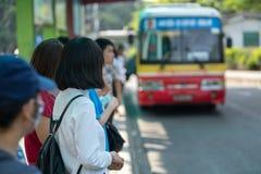 Νέο κορίτσι που περιμένει το λεωφορείο στη στάση λεωφορείου closeup Στοκ εικόνα με δικαίωμα ελεύθερης χρήσης