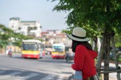 Νέο κορίτσι που περιμένει το λεωφορείο στη στάση λεωφορείου closeup Στοκ φωτογραφία με δικαίωμα ελεύθερης χρήσης