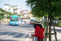 Νέο κορίτσι που περιμένει το λεωφορείο στη στάση λεωφορείου closeup Στοκ εικόνες με δικαίωμα ελεύθερης χρήσης