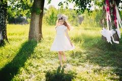 Νέο κορίτσι που περιστρέφει ευτυχώς στο λιβάδι στη φύση μια θερινή ημέρα Στοκ εικόνες με δικαίωμα ελεύθερης χρήσης