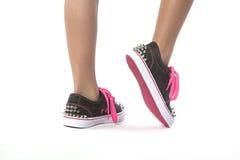 Νέο κορίτσι που περπατά με τα νέα παπούτσια με τα στηρίγματα Στοκ Φωτογραφίες