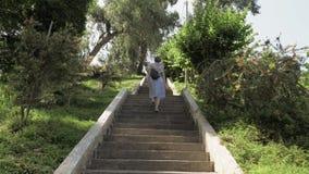 Νέο κορίτσι που περπατά στα σκαλοπάτια στον τροπικό βοτανικό κήπο Batumi, Γεωργία απόθεμα βίντεο