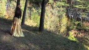Νέο κορίτσι που περπατά στο δάσος φιλμ μικρού μήκους