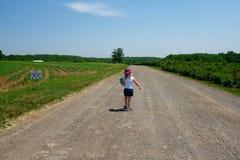 Νέο κορίτσι που περπατά στο αγρόκτημα Στοκ φωτογραφία με δικαίωμα ελεύθερης χρήσης