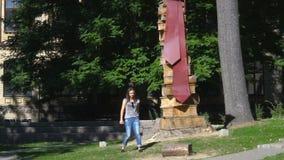Νέο κορίτσι που περπατά στο πανεπιστημιακό πάρκο απόθεμα βίντεο