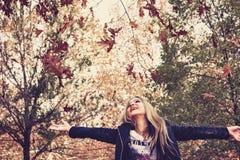 Νέο κορίτσι που πηδά στο δάσος φθινοπώρου Στοκ φωτογραφίες με δικαίωμα ελεύθερης χρήσης
