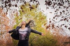 Νέο κορίτσι που πηδά στο δάσος φθινοπώρου Στοκ Εικόνα