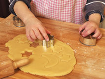Νέο κορίτσι που προετοιμάζει τα μπισκότα Χριστουγέννων Στοκ φωτογραφία με δικαίωμα ελεύθερης χρήσης