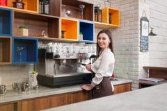 Νέο κορίτσι που προετοιμάζει τον καφέ σε ένα barista καφέδων Στοκ φωτογραφία με δικαίωμα ελεύθερης χρήσης