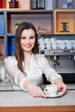 Νέο κορίτσι που προετοιμάζει τον καφέ σε ένα barista καφέδων Στοκ φωτογραφίες με δικαίωμα ελεύθερης χρήσης