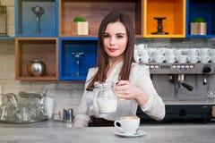 Νέο κορίτσι που προετοιμάζει τον καφέ σε ένα barista καφέδων Στοκ εικόνες με δικαίωμα ελεύθερης χρήσης