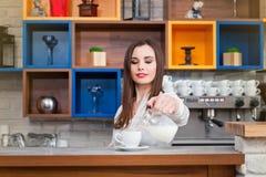 Νέο κορίτσι που προετοιμάζει τον καφέ σε ένα barista καφέδων Στοκ Εικόνες