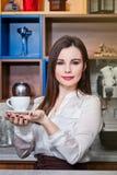 Νέο κορίτσι που προετοιμάζει τον καφέ σε ένα barista καφέδων Στοκ Φωτογραφία