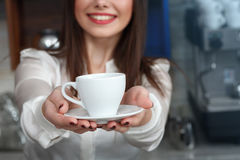 Νέο κορίτσι που προετοιμάζει τον καφέ σε ένα barista καφέδων Στοκ Εικόνα