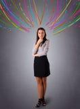 Νέο κορίτσι που σκέφτεται με τις ζωηρόχρωμες αφηρημένες γραμμές εναέριες Στοκ Φωτογραφία