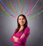 Νέο κορίτσι που σκέφτεται με τις ζωηρόχρωμες αφηρημένες γραμμές εναέριες Στοκ Εικόνες