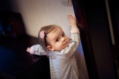 Νέο κορίτσι που στέκεται και σχετικά με το διακόπτη στοκ εικόνα
