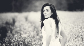 Νέο κορίτσι που στέκεται σε έναν τομέα Κλείστε επάνω την υπαίθρια μόδα ηλιόλουστη απεικονίζει του νέου όμορφου κοριτσιού με το με Στοκ φωτογραφία με δικαίωμα ελεύθερης χρήσης