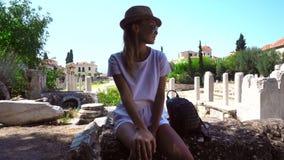 Νέο κορίτσι που στηρίζεται στις καταστροφές της Ελλάδας φιλμ μικρού μήκους