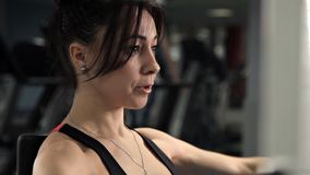 Νέο κορίτσι που συμμετέχεται στη γυμναστική, θωρακικός μυς Αθλητισμός, υγεία, ομορφιά απόθεμα βίντεο
