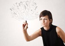 Νέο κορίτσι που σύρει και που τις αφηρημένες γραμμές Στοκ εικόνα με δικαίωμα ελεύθερης χρήσης