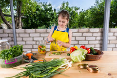 Νέο κορίτσι που τεμαχίζει τα φρέσκα λαχανικά για την κονσερβοποίηση Στοκ εικόνα με δικαίωμα ελεύθερης χρήσης